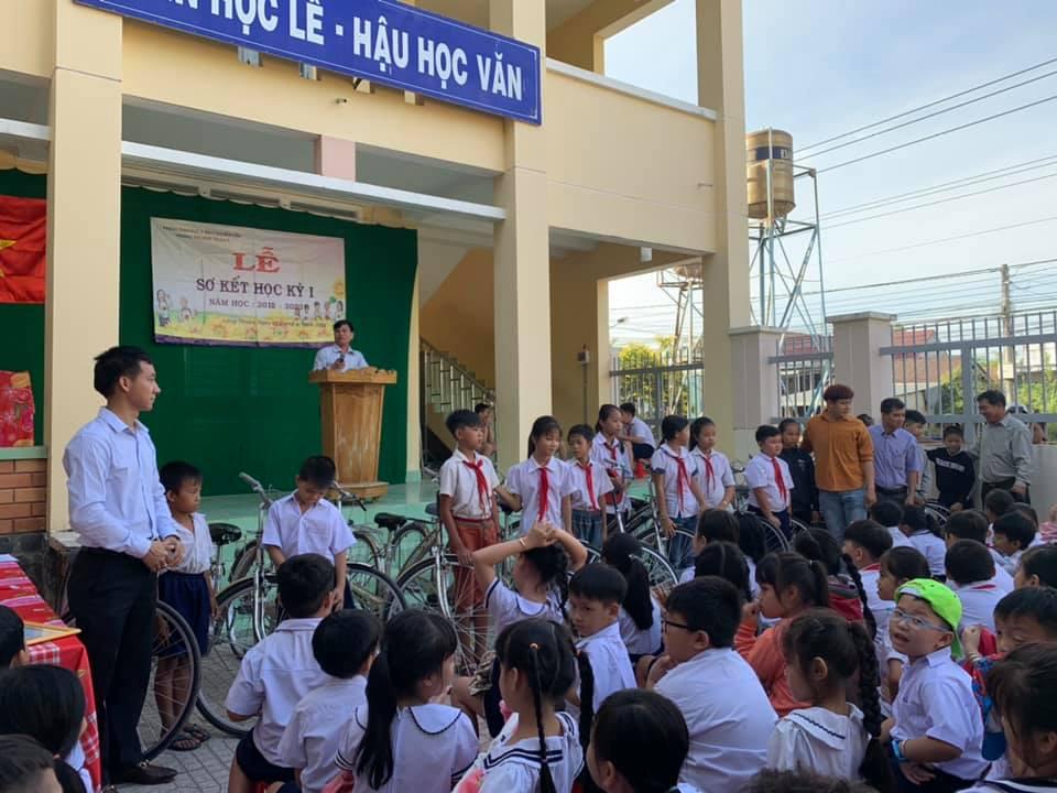 Tân Nhiên trao xe đạp cho các em học sinh khó khăn